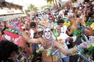 Festas do bloco: la gente se disfraza y se junta en distintos puntos de la ciudad, a festejar.